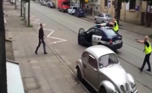 איש זורק אלה עם שוטר (צילום: חדשות 2)